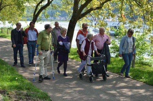 Bürgermeister Martin Fölix, Beigeordneter Dr. Markus Bachen und Seniorenbeauftragter und AWO-Vorsitznder Wolfgang Rüttgens mit Senioren bei Spaziergang am Rhein bei Lahnstein