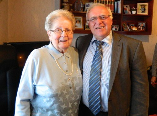 Erna Strauß (links) mit Ortsbürgermeister Martin Fölix (rechts)