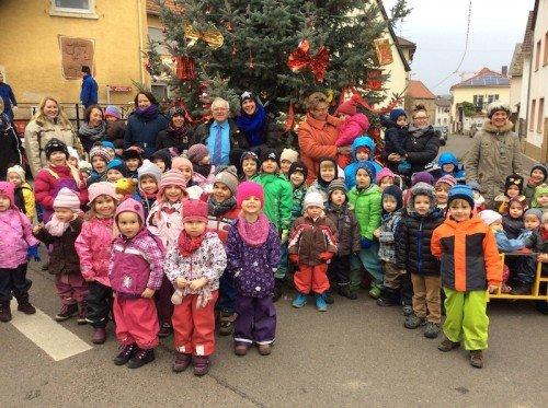 """Kinder aus dem """"Spatzennest"""" schmückten den Weihnachtsbaum."""