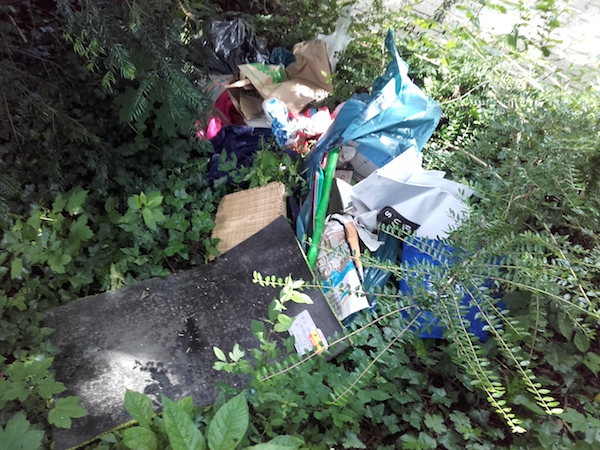 Müllablagerung Friedhof
